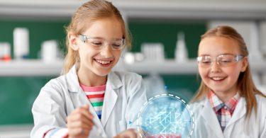 enfants en blouse blanche faisant une expérience
